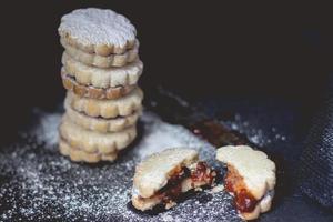 pile de biscuits à la confiture de vanille maison, sur fond sombre, avec espace de copie photo