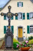 Croix et pot de fleurs à Monreal, région de l'Eifel, Allemagne photo