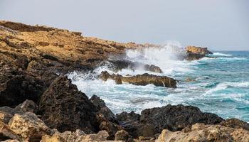Roches à apostolos andreas beach à karpasia, chypre photo