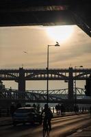 silhouettes d'un cycliste à Newcastle, Angleterre photo