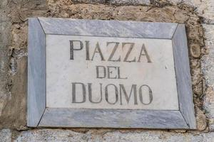 Sicile, Italie, 2019 - signe de la place piazza del duomo photo