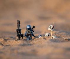 varsovie 2020 - figurine lego star wars mandalorien sur le désert de tatooine photo