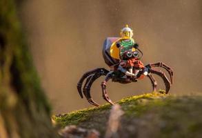 varsovie 2020 - figurine lego spaceman chevauchant une énorme araignée photo