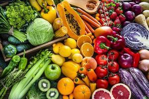 fruits et légumes frais et sains de couleur arc-en-ciel d'affilée - stock photo