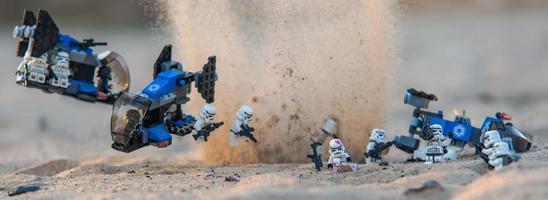 varsovie, pologne, avr 2019 - lego star wars mini-figurine stormtroopers assaut sur le désert de tatooine photo