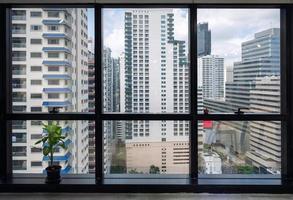 intérieur du bureau de fenêtre et bâtiment bondé au centre-ville photo