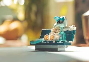 Varsovie, Pologne, mai 2019 - squelette mini-figurine lego assis sur le banc photo