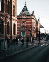 Amsterdam, Pays-Bas 2018- personnes marchant et faisant du vélo dans la rue à Amsterdam photo