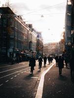 Amsterdam, Pays-Bas 2018- cyclistes circulant dans les rues avec des piétons sur le trottoir à Amsterdam photo