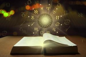 livre de la roue de la fortune des signes du zodiaque photo