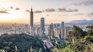 ville de taipei vue de la colline au coucher du soleil photo