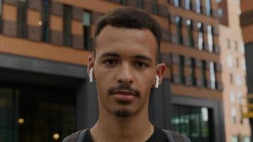 Portrait de jeune homme portant des écouteurs sans fil photo