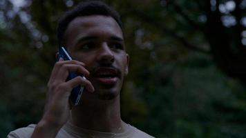 portrait de jeune homme au téléphone portable photo