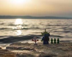 varsovie - 2020 - figurines lego toy story regardant le coucher du soleil photo
