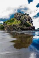 Lion Rock sur la plage de Piha, Auckland, Nouvelle-Zélande photo