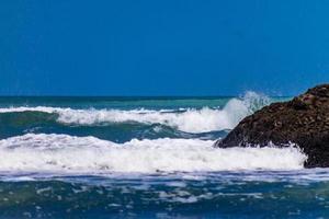 des vagues déferlantes roulent sur la plage de Bethels. Auckland, Nouvelle-Zélande photo