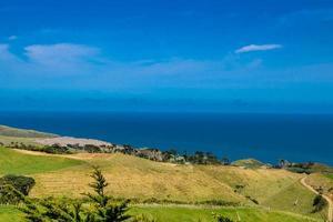 une vue sur le port de manakua depuis le phare. têtes de manakua, auckland, nouvelle zélande photo