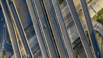 vue aérienne de dessus de l'autoroute, route de jonction de la ville de transport avec voiture à l'intersection carrefour tourné par drone photo