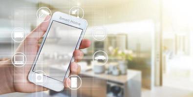 main de femme tenant un téléphone portable, concept de contrôleur de maison intelligente photo