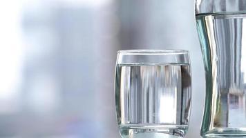 boire de l'eau en verre sur la table photo
