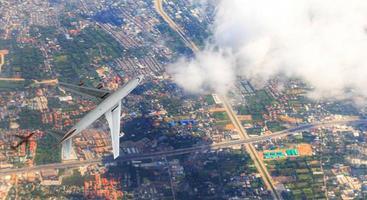 vue aérienne de dessus de l'avion survole la ville, vue d'en haut photo