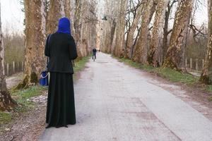 femme musulmane profitant de l'extérieur photo