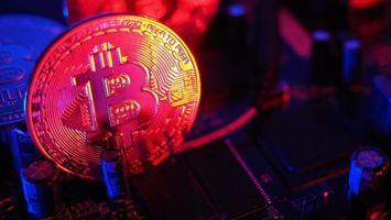 Bitcoin et semi-conducteur. représentent l'exploitation minière dans la crypto-monnaie causent le réchauffement climatique. photo