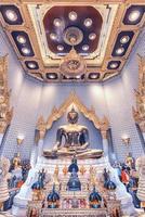temple wat traimit avec à l'intérieur le bouddha doré à bangkok photo