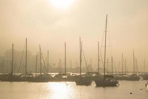 port brumeux et bateaux photo