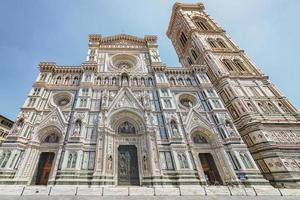 Façade de la basilique de sainte marie de la fleur à florence, italie photo