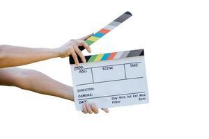 main tenant un panneau de couleurs d'ardoise de film pour le cinéma et la télévision sur fond blanc photo