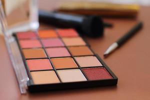 kit de palette d'ombres à paupières sur fond rose, espace de copie. palette de fards à paupières avec pinceaux de beauté photo