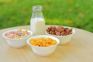 bols avec différentes sortes de produits céréaliers pour le petit-déjeuner, bols blancs avec repas du matin photo