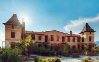 limenaria, résidence palataki, thasos, grèce. palataki comprenait le siège social de l'entreprise allemande speidel qui exploitait la carrière de limenaria. il a été construit en 1903 et a cessé d'être habité en 1963. c'est un bâtiment de deux étages qui ha photo