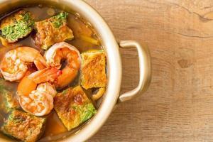 soupe aigre à base de pâte de tamarin aux crevettes et omelette aux légumes photo
