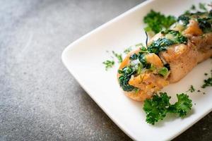 poitrines de poulet farcies aux épinards et au fromage photo