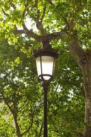 détail du lampadaire traditionnel situé dans la rue gracia, barcelone, espagne. photo