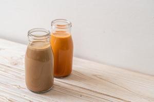 thé et café au lait thaï avec du lait en bouteille photo