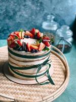 gâteau délicieux et juteux fait maison décoré de fraises et de baies vivantes. photo
