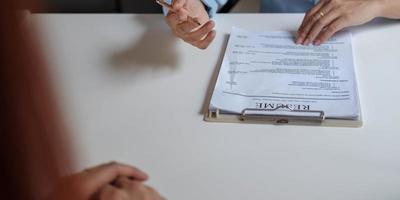 concept de candidature à des emplois et d'entretiens, la femme espère un CV et un recruteur envisage de postuler, le responsable des ressources humaines prend la décision d'embauche. photo