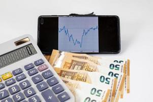 billets en euros avec calculatrice et graphique photo
