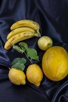 fruit jaune sur fond noir photo