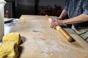 détail rouler la pâte avec un rouleau à pâtisserie photo