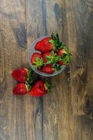 une tasse de fraises mûres photo