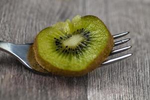 composition avec kiwi et fourchettes photo