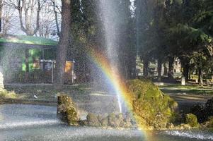 arc-en-ciel sur la fontaine d'un parc de la ville de terni photo