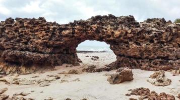 roche naturelle brésilienne de la côte photo