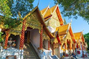 chiang mai, thaïlande - 8 décembre 2020 - monture dorée au temple de wat phra that doi suthep. photo