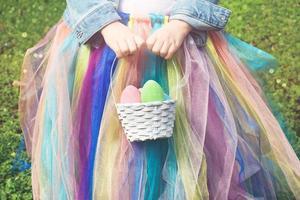 petite fille dans le parc, tenant un oeuf de pâques et un panier photo