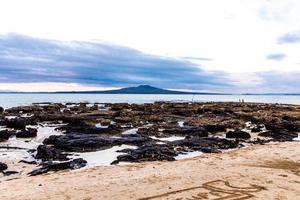 dessin dans le sable. plage de takapuna, auckland, nouvelle-zélande photo